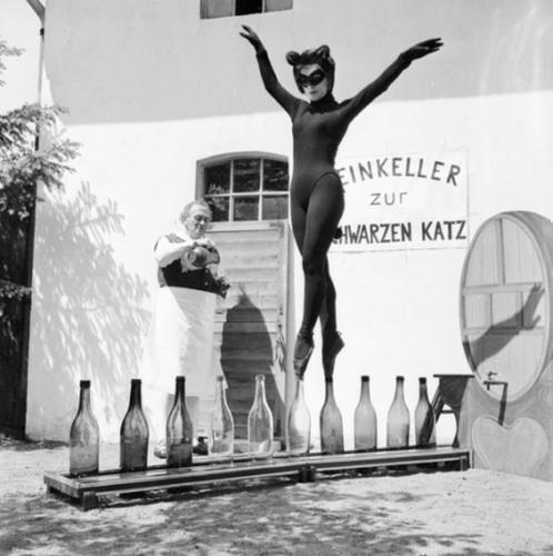 bianca-passarge-at-weinkeller-zur-schwarzen-katz-photographed-by-carlo-polito-1958.jpg