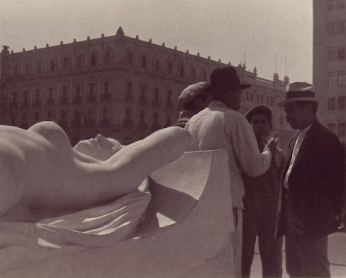 manuel-alvarez-bravo-conversation-near-the-statue-1933.jpg